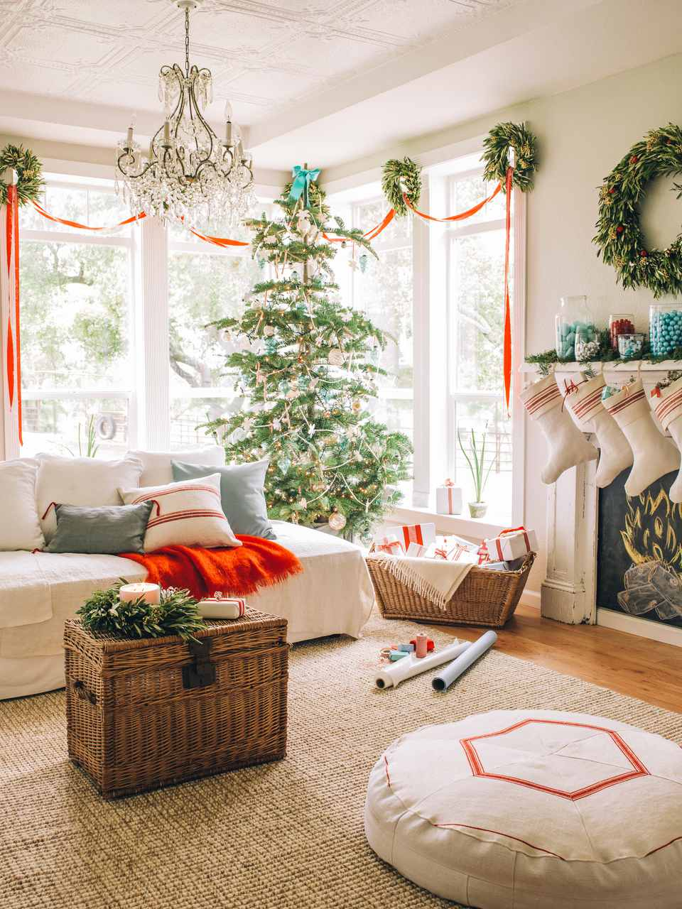 Amazing 15 Beautiful Ways To Decorate The Living Room For Christmas in New Christmas Living Room