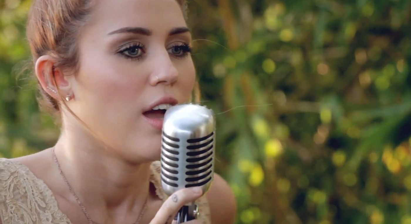 "Glamorous Miley Cyrus – The Backyard Sessions – ""Jolene"" 