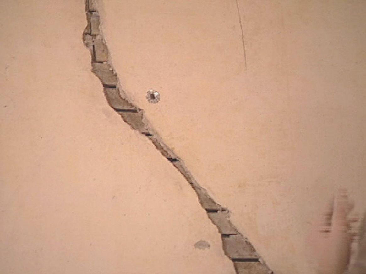 How To Restore Cracked Plaster | How-Tos | Diy for Plaster Washers
